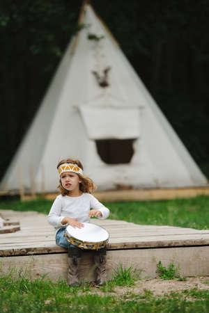 Poco divertido niña jugando nativo americano Foto de archivo - 80125071