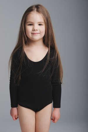 Kleines Mädchen Studio Portrait auf grauem Hintergrund Standard-Bild - 80425092