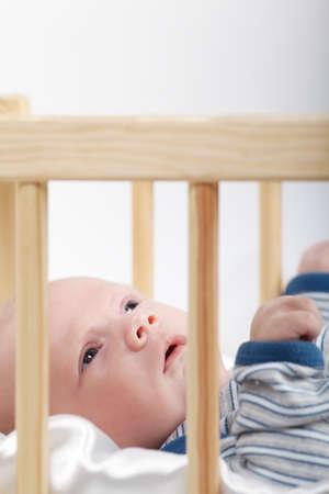 Hermosa Bebé Muebles De Madera Oscura Pesebres Motivo - Muebles Para ...