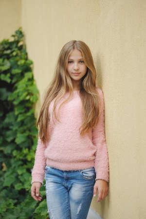 아름 다운 소녀 거리에 포즈 스톡 콘텐츠 - 83591867
