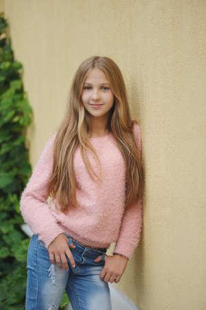 Bela jovem posando na rua Foto de archivo - 83591868