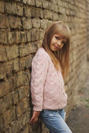 Hermosa niña posando en la calle Foto de archivo - 83591896