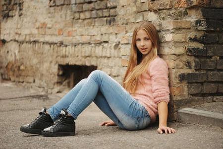 Belle jeune fille posant sur la rue Banque d'images - 83591905