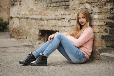 Hermosa niña posando en la calle Foto de archivo - 83591906