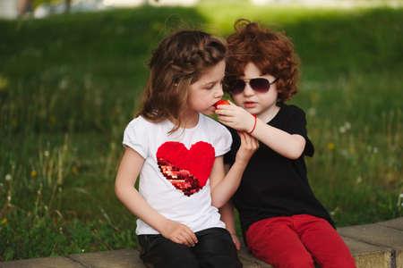 面白い男の子と女の子がイチゴを共有 写真素材 - 83624192