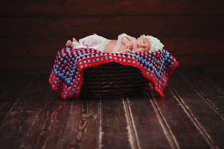 Leuke pasgeboren baby in de mand Stockfoto