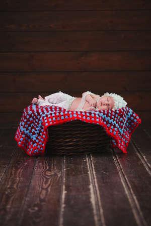 schattige pasgeboren baby in de mand