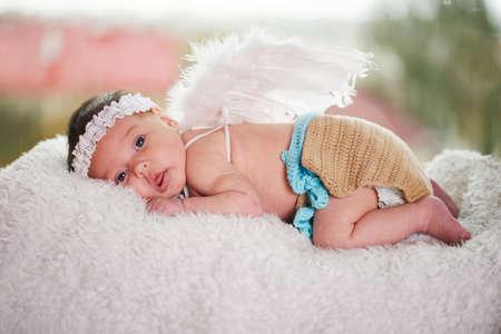 귀여운 작은 큐피드와 날개