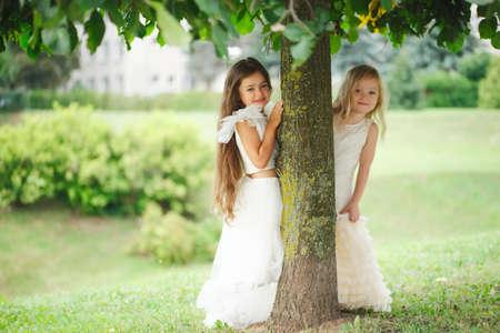 Hermosa chica en vestido blanco Foto de archivo - 85423093
