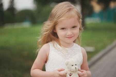Hermosa chica en vestido blanco Foto de archivo - 85422697