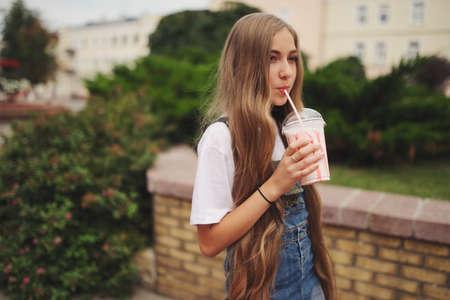 Belle jeune fille aux cheveux longs Banque d'images - 87606435