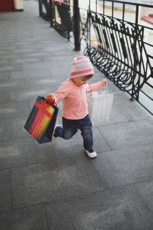 쇼핑 가방과 함께 귀여운 소녀