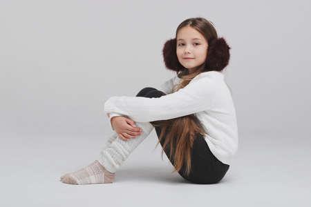 Glückliches Mädchen Portirait auf weißem Hintergrund Standard-Bild - 89951564