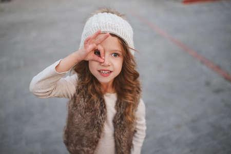 귀여운 소녀와 니트 모자
