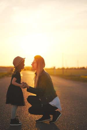 Jeune mère avec sa fille sur la route Banque d'images - 99328103