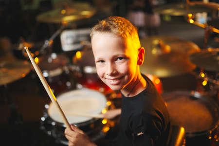 boy plays drums in recording studio Stockfoto