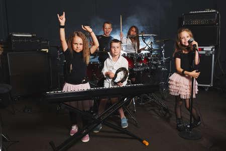 gelukkige kinderen zingen en spelen muziek