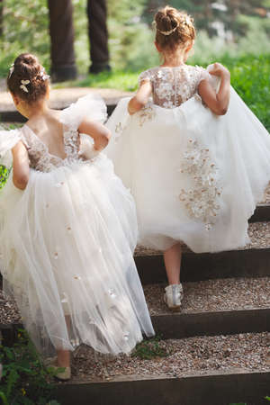 heureuses belles filles avec des robes de mariée blanches