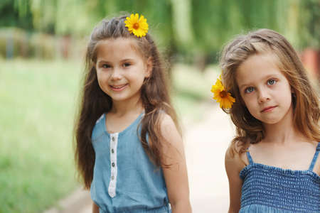 photo de deux petites filles dans un parc d'été