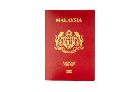 Pasaporte de Malasia sobre fondo blanco. Enfoque selectivo