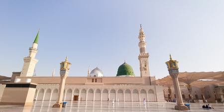 Medina, Saudi-Arabien - 22. März 2018: Außenansicht der Nabawi-Moschee (Moschee des Propheten) in Medina. Selektiver Fokus