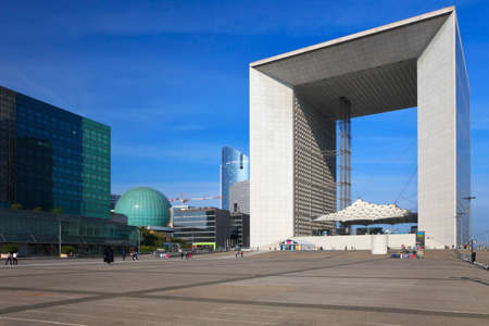 Grande Arche gratte-ciel dans le quartier de la Défense à Paris, France Banque d'images - 22265719