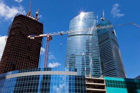 material de vidrio: Construcción de un centro de negocios moderno de gran altura. Moscú. Foto de archivo