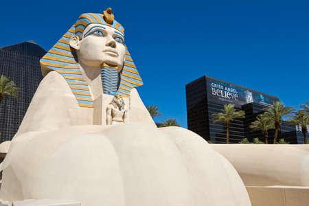 LAS VEGAS - 26 giugno: Replica di Grande Sfinge di fronte a Luxor Hotel and Casino, il più riconoscibile hotel di Las Vegas strip, a causa del suo design sorprendente, 26 giugno 2013 a Las Vegas, Nevada, USA. Archivio Fotografico - 36506845