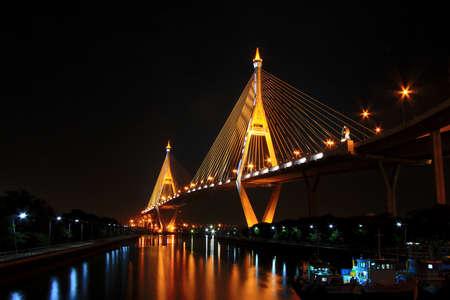 Die Bhumibol Brücke über den Teil des Chao Praya Fluss in Bangkok, Thailand in der Nacht Standard-Bild - 50420087