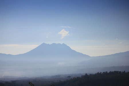 Foggy und 'Mount Bromo' - ikonischen Vulkan in Ost-Java, Indonesien Standard-Bild - 51151247