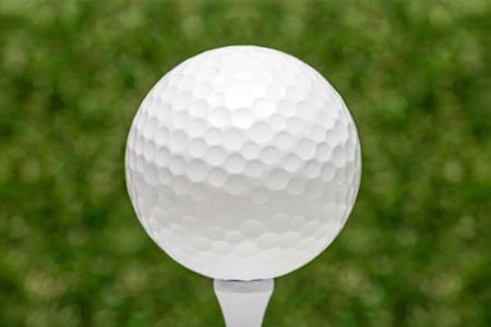golf  ball: pelota de golf en tee  Foto de archivo