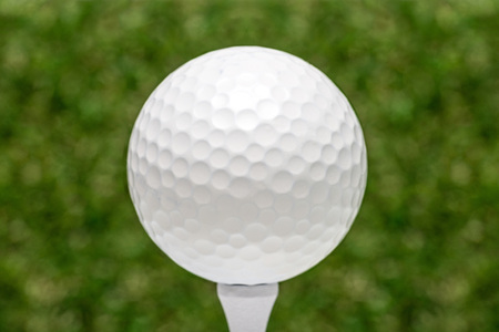 pelota de golf: pelota de golf en tee  Foto de archivo