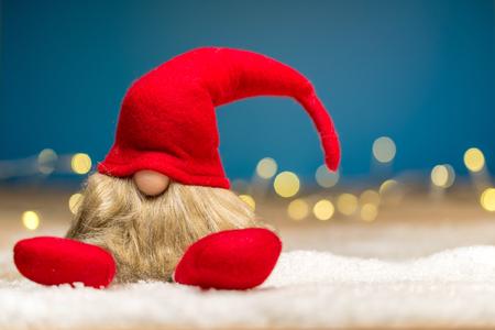 輝く青い背景とボケ味のライトの前で雪に覆われた地面に赤いクリスマス少し 写真素材 - 47197811