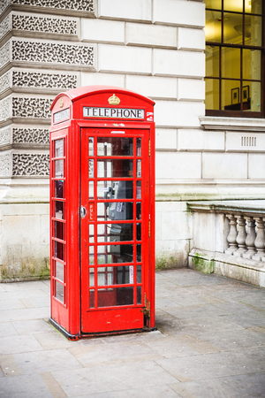 cabina telefonica: Traditional red british callbox in capital London City United Kingdom as symbol for communication