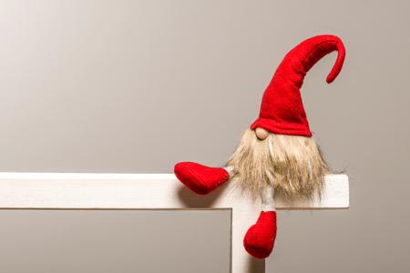 クリスマスのエルフを座っているテンプレートとして分離先のとがったキャップ赤