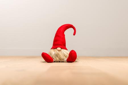 Rode zitting Kerstmiself met puntmuts geïsoleerd als template Stockfoto - 90093997