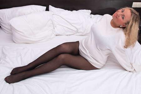 pantimedias: hermosa mujer sexy en pantimedias negro en la cama