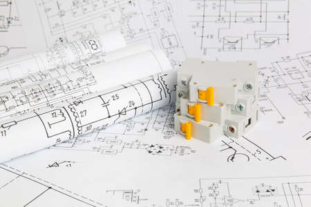 Dibujos impresos de circuitos eléctricos y disyuntores eléctricos.