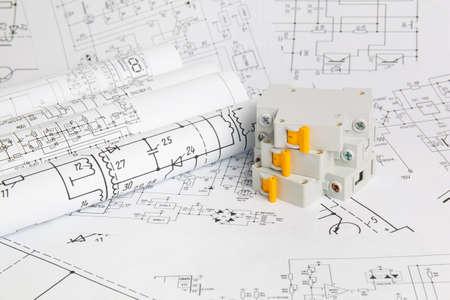 Gedruckte Zeichnungen von Stromkreisen und elektrischen Schutzschaltern