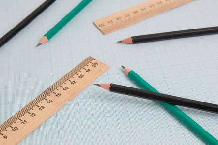 铅笔在图表纸上的终端工程统治者