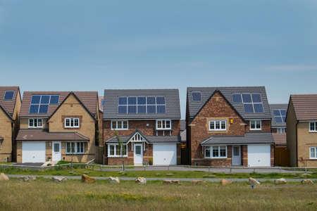 Zonnepanelen op nieuwe woningen Stockfoto