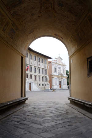 dei: Piazza dei cavalieri, Pisa, through archway