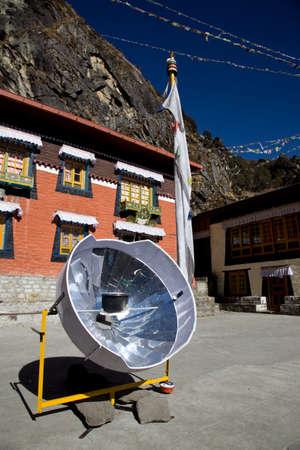 Parabolische zonneboiler in Himalayagebergte