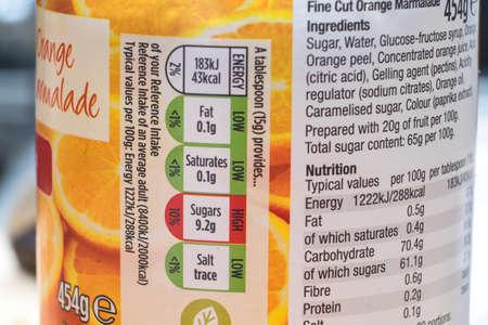 Etiquetado de los alimentos que muestra un alto contenido de azúcar Editorial