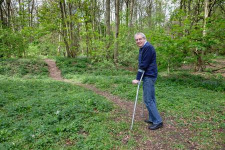Hombre discapacitado en el camino a la recuperación
