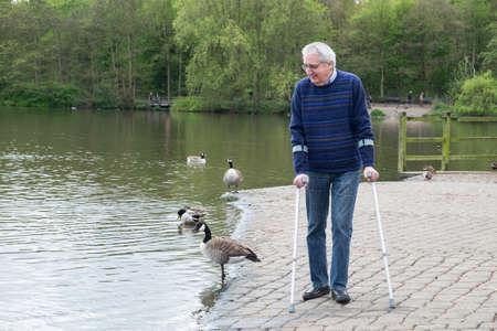 Hombre discapacitado disfrutando de ejercicio durante el paseo en el parque