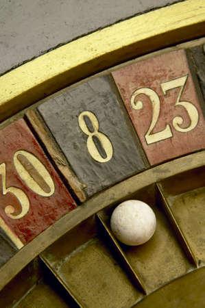 roulett: Ball auf einem Vintage-Roulette mit Zahlen