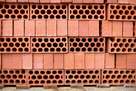buena postura: Una pila de ladrillos nuevos en el sitio de construcci�n que se sienta en palet