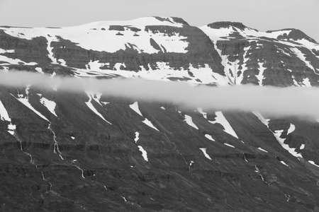 꼭대기가 눈으로 덮인: Panorama of snow-capped mountains in Seydisfjordur, Iceland