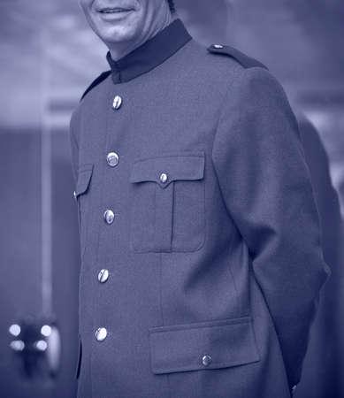acomodador: Bellhop imagen vertical tono azul uniforme con el exterior Foto de archivo